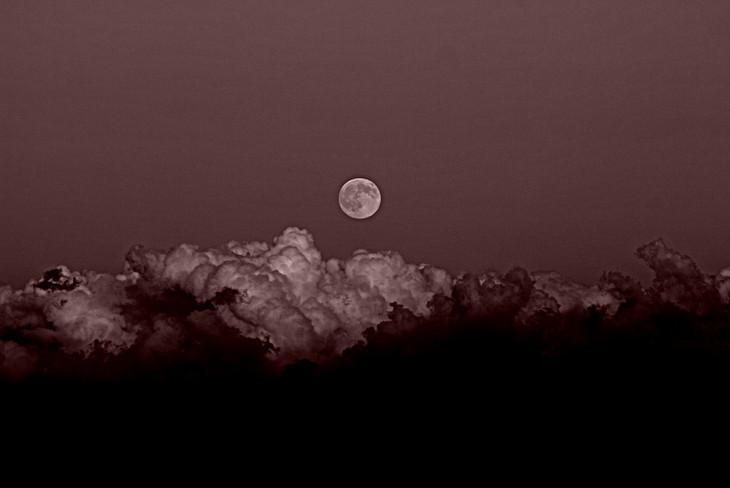 Et luna tota facta est sicut sanguis