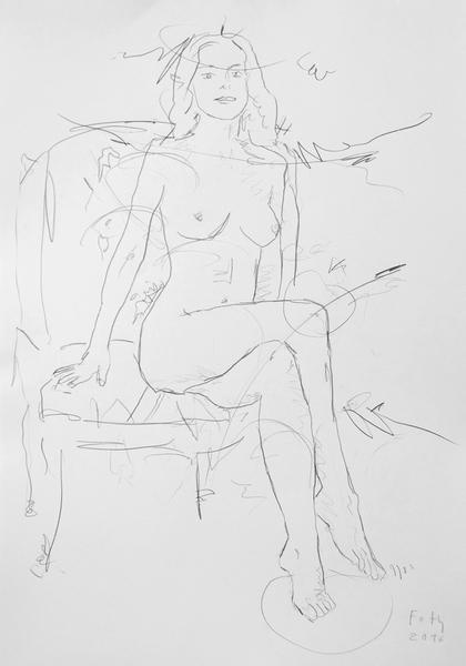 Zoé, mit übereinandergeschlagenen Beinen im Sessel sitzend
