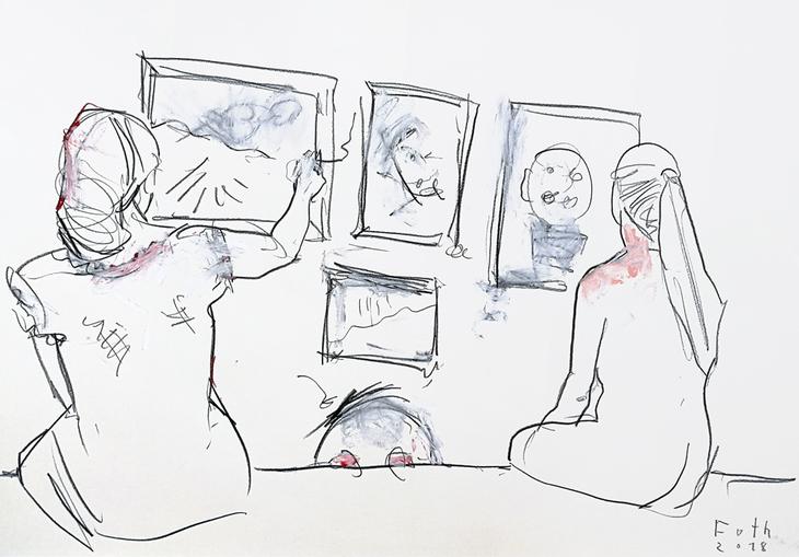 Zwei Kunstlehrerinnen, eine kleine Hängung besprechend