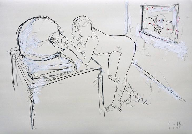 Bildhauerin, eine große Büste betrachtend