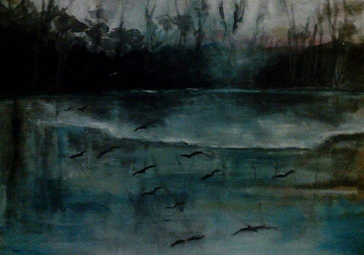 Düstere Flusslandschaft mit Vögeln