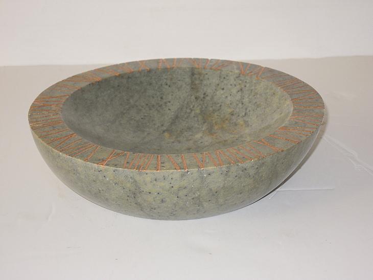 Schale, mit Ritzen, Bronzepaste 1