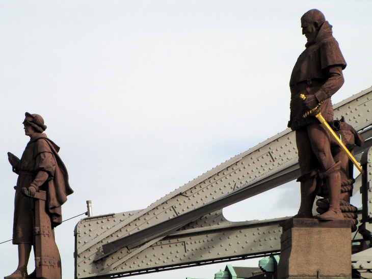 IMG_9838 - Monuments - Columbus & da Gama Waiting For The Bus