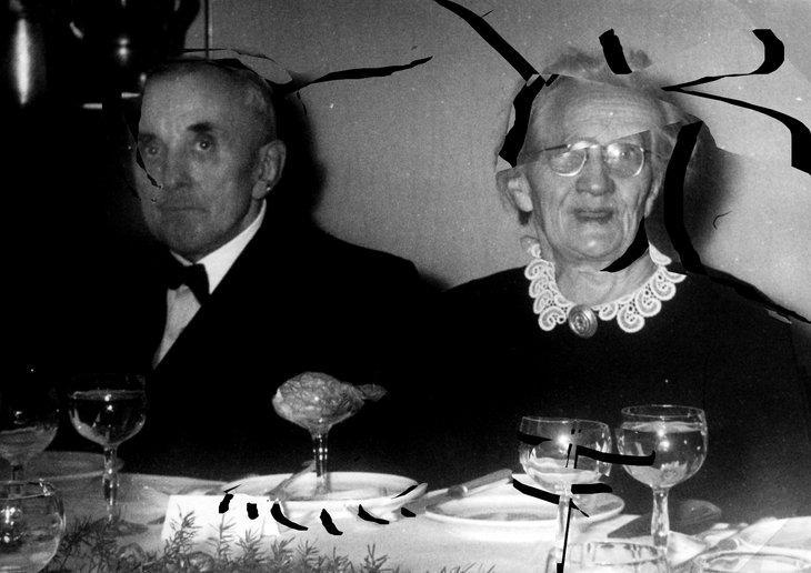 Urgroßeltern, an einem Tisch sitzend