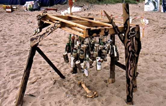 Knochen und Dosen mit Flaschen Windspiel