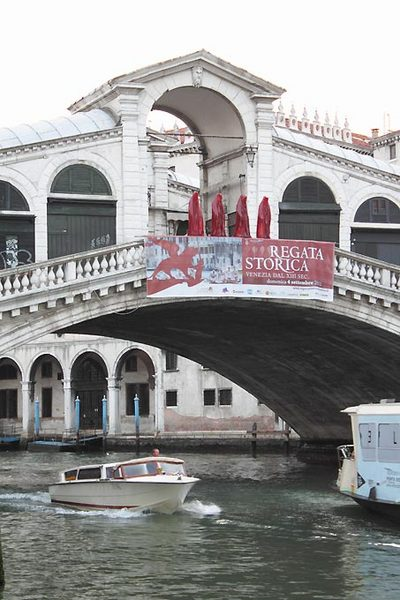 contemporary-art-biennale-show-project-venice-realto--illuminati