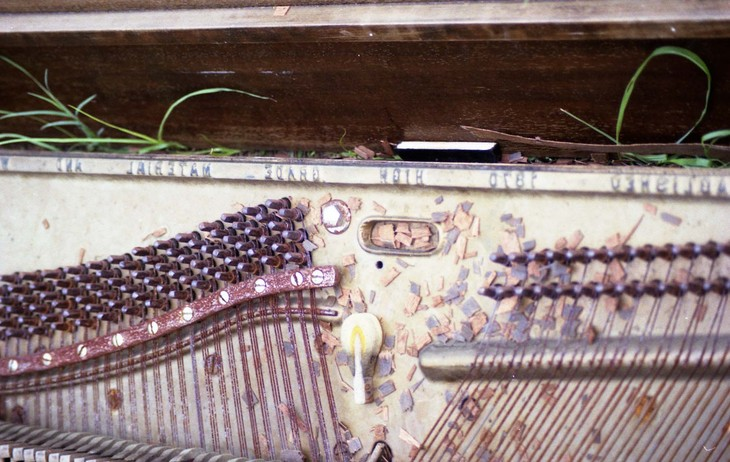 guts of a piano