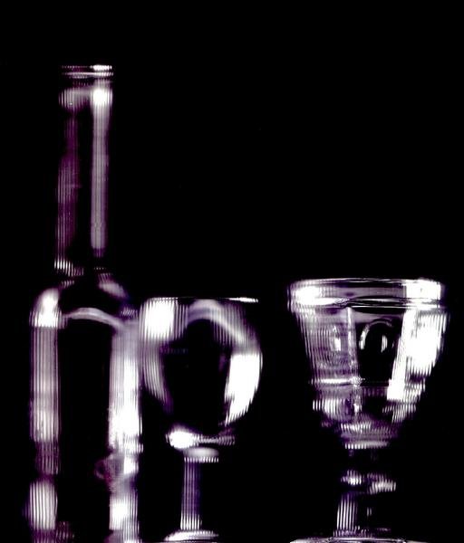 une bouteille et deux verres